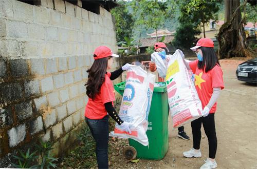 Nhân viên công ty Tiên Phong Travel trực tiếp tham gia việc dọn chất phế thải ở xã Quỳnh Sơn (Bắc Sơn, Lạng Sơn).