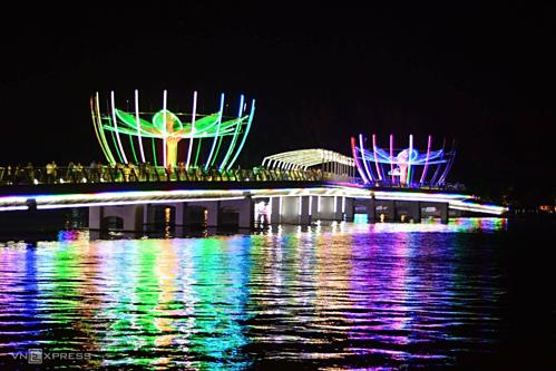 Nếu có thời gian, bạn có thể mua vé lên một chiếc du thuyền để có thể cảm nhận hết vẻ hoa lệ của bến Ninh Kiều khi lên đèn. Ảnh: Vy An.