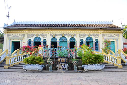 Từ trung tâm thành phố, bạn có thể thuê xe máy hoặc bắt taxi về đường Bùi Hữu Nghĩa, phường Bình Thuỷ để ghé thăm nhà cổ. Vé vào cổng là 15.000 đồng một người. Ảnh: Phong Vinh.