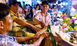 Cuộc sống về đêm tại chợ hoa Hồ Thị Kỷ