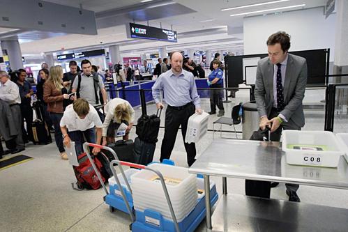 Harrington từng tiết lộ trên Twitter rằng những nhân viên sân bay sẽ uống rượu của khách phải bỏ lại ở cửa an ninh. Ảnh:TripSavvy.