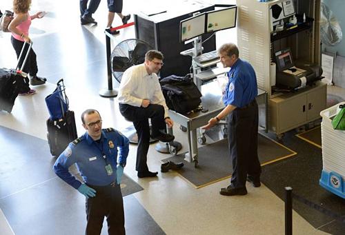 Hành khách phải tháo giày khi qua cửa an ninh. Ảnh: Cellcode.