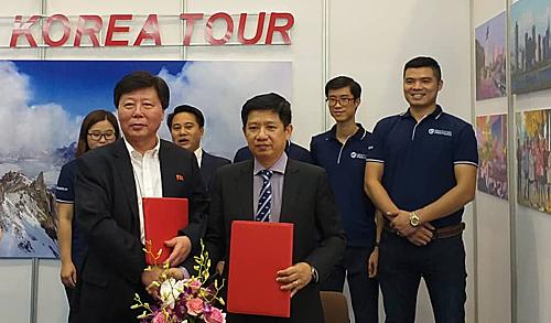 Đại diện hai công ty du lịch của Triều Tiên (trái) và Việt Nam ký thoả thuận hợp tác. Ảnh: Thuý Hà.