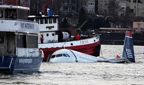 Hạ cánh trên sông Hudson là tai nạn nổi tiếng và kinh điển của ngành hàng không. Ảnh: Express.