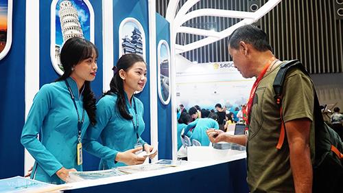Khách tham quan gian hàng tại Hội chợ du lịch quốc tế TP HCM 2018. Ảnh: Phong Vinh.