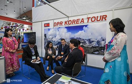 Gian hàng giới thiệu tour Triều Tiên của KITC thu hút nhiều du khách tại VITM 2019. KITC là công ty du lịch lớn nhất tại Triều Tiên, trực thuộc Tổng cục Du lịch nước này. Ảnh: Kiều Dương.
