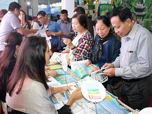 Khách tham quan gian hàng của Bình Thuận.