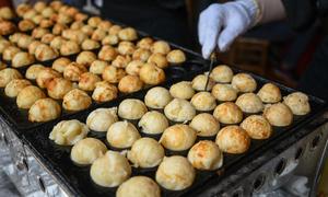 Khách thích thú với trải nghiệm ẩm thực tại lễ hội hoa anh đào ở Hà Nội