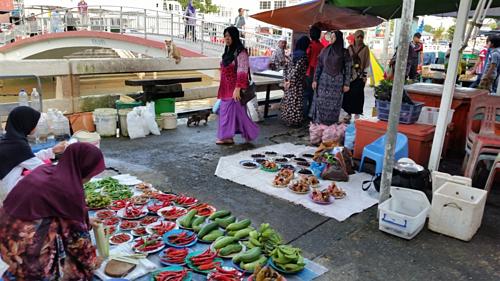 Chợ Tamu Kianggeh là khu chợ ngoài trời, nằm bên bờ sông Kianggeh. Ảnh: Travel sisters.