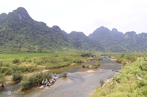 Cuộc đua diễn ra trong hai ngày, với các nội dung chèo thuyền ngược dòng, vượt sình lầy, băng rừng.Ảnh:Hoàng Táo