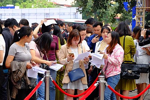 Khách xếp hàng mua vé máy bay tại hội chợ du lịch năm ngoái. Ảnh: Hương Chi.