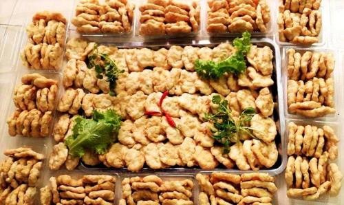 Vân Đồn - chả mực:Nói đến Quảng Ninh, không thể không nhắc đến món ngon nổi tiếng là chả mực. Nguyên liệu tạo nên hương vị của món ăn này chính là mực tươi từ biển Hạ Long. Mực được làm sạch rồi giã bằng tay, tạo nên độ giòn dai vừa phải và hương vị thơm mát của hải sản đánh bắt. Chả mực khi dùng đem chiên vàng ăn cùng bánh cuốn hoặc làm món khai vị độc đáo.