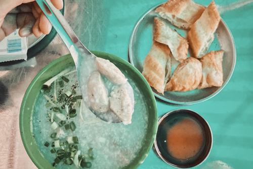 Món ăn thường có quẩy dùng kèm, chấm viên bò với tương đen pha tương ớt để tăng hương vị cho món cháo.