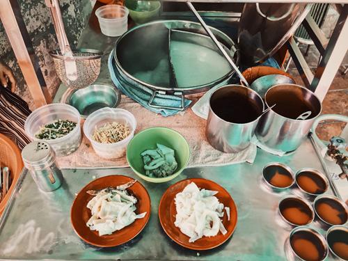 Các đĩa lòng bò được để riêng chứ không nấu chung vào nồi cháo trắng.