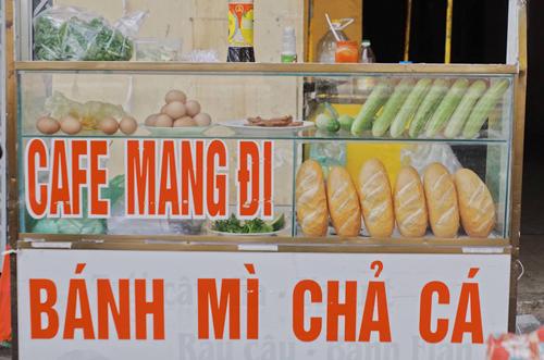 Về phố biển Vũng Tàu (cách TP HCM khoảng 100 km), du khách có thể thưởng thức món bánh mì chả cá, một món lót dạ bình dân của người địa phương.