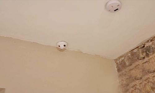 Thuê nhà qua Airbnb, vợ chồng phát hiện camera quay lén