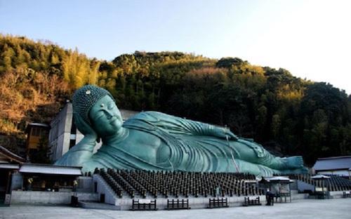 Đền Nanzoin là nơi có bức tượng đồng lớn nhất thế giới. Ảnh: Japan Visiter.