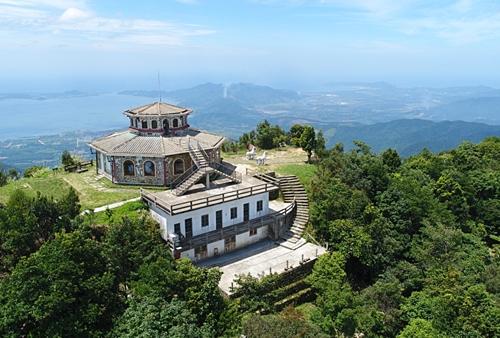 Vọng Hải Đài là điểm cao nhất ngắm cảnh trên đỉnh núi Bạch Mã. Ảnh: Nguyễn Đông.