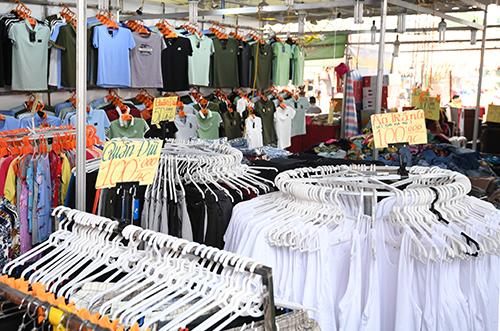 Gian hàng bán đồ dệt may âu phục tại festival đang diễn ra tại Hoàng thành.