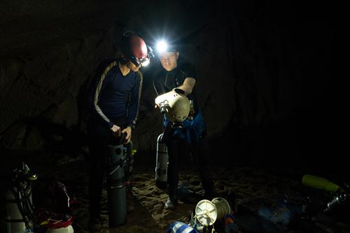 Các nhà thám hiểm chuẩn bị cho cuộc lặn khám phá Sơn Đoòng. Ảnh: Oxalis.