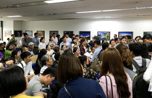 Đại sứ quán Hàn Quốc tại Hà Nội trong tình trạng quá tải vì lượng người đến xin visa tăng đột biến. Ảnh: Huy Dương.
