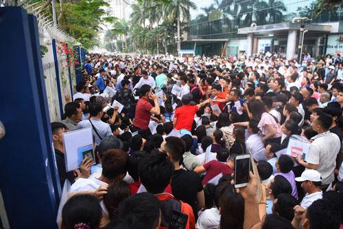 Hàng nghìn người xếp hàng trước cổng Đại sứ quán Hàn Quốc ở Hà Nội để xin visa, nhưng mỗi ngày văn phòng chỉ nhận khoảng 300 bộ hồ sơ. Ảnh: Giang Huy.