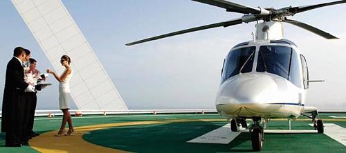 Khách sạn 7 sao duy nhất trên thế giới Burj Al Arab ở Dubai có thểcung cấp riêng một chiếc trực thăng tới đón du khách. Bãi đáp máy bay nằm ở tầng 28 của khách sạn. Ảnh: Hotels.