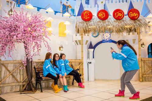 Khu vực sân khấu Lâu đài tuyết, nơi diễn ra những tiết mục dân gian đặc sắc sẽ biến tấu thành mô hình cổng lễ hội xưa, khung cảnh làng quê Việt với nón lá và các chất liệu tre, nứa. Bối cảnh dân gian sẽ khơi gợi không gian văn hóa dân tộc mà bé thường nghe trong sự tích về các vị vua Hùng.