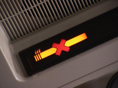 Hành khách không được phép hút thuốc lá truyền thống và thuốc lá điện tử trên máy bay. Ảnh: Business Insider.