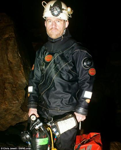Jason Mallinson trong một chuyến lặn hang. Ảnh:Chris Jewell.