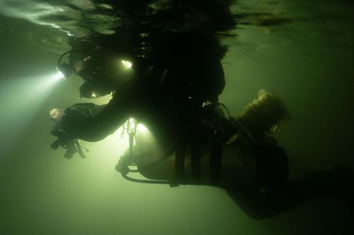 Mỗi thợ lặn phải đeo hai bình khí nén trên người khi luồn lách trong những hang động hẹp và nhiều ngóc ngách và sử dụng hệ thống tuần hoàn - tái sử dụng không khí thay vì thải ra ngoài để lặn trong nhiều giờ. Ảnh: Oxalis.
