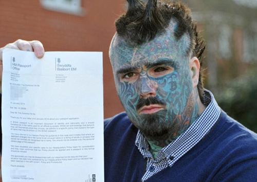 Người mực có tên cúng cơm là Matthew Whelan. Tuy nhiên sau đó, anh đã xăm hình kín mặt nên phải làm lại hộ chiếu mới. Sau đó, Matthew nhờ người dùng internet nghĩ tên hộ mình, và cái tên mới King of Ink Land King Body Art The Extreme Ink-Ite ra đời. Ảnh: BPM.