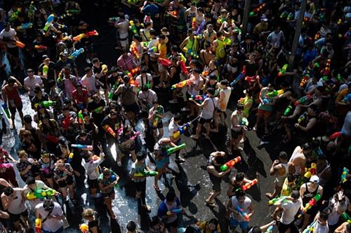 Đám đông bắn nước vào nhau để cầu may trong lễ hội Songkran hôm 14/4. Ảnh: AFP.
