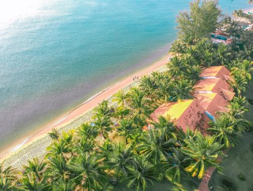 Những khu nghỉ dưỡng xanh mát, có bãi biển và hồ bơi luôn là lựa chọn thú vị cho kỳ nghỉ gia đình. Cách trung tâm và sân bay Phú Quốc chỉ hơn 4km, thuận lợi cho việc đi lại, khu nghỉ dưỡng Famiana là một địa chỉ không thể bỏ qua cho những gia đình yêu thích vẻ đẹp thiên nhiên.Với diện tích rộng hơn 4 hecta, có bãi biển riêng trải dài trên 200m dọc bờ biển Bãi Trường, Famiana Resort & Spa ghi điểm nhờ làn nước xanh biếc của đảo ngọc Phú Quốc, mang lại cho du khách trải nghiệm dịu mát trong không gian bình yên của khu vườn nhiệt đới bên bờ biển.