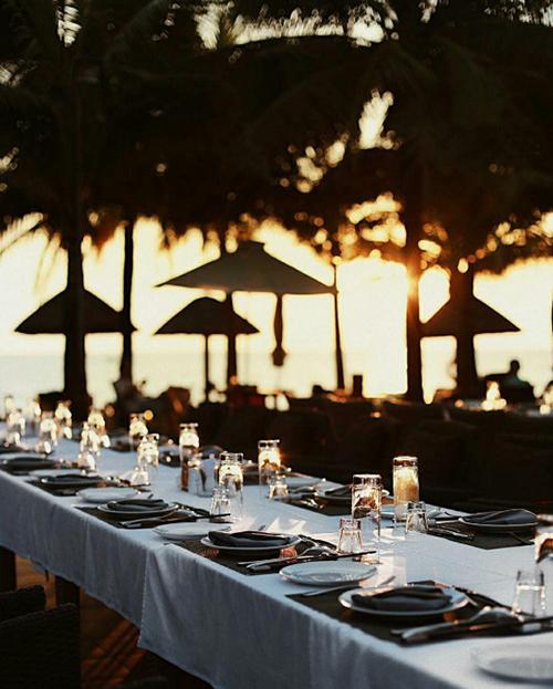 Khu nghỉ dưỡng mang vẻ đẹp thiên nhiên thanh bình có nhà hàng sang trọng cạnh hồ bơi với tầm nhìn thẳng ra biển lãng mạn.