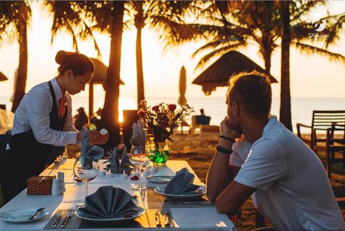 Hay đơn giản khi chiều về, ngồi ngắm hoàng hôn buông xuống, thưởng thức ly rượu vang cùng nhau... là khoảnh khắc quý giá giúp bao mệt mỏi muộn phiền tan biến.