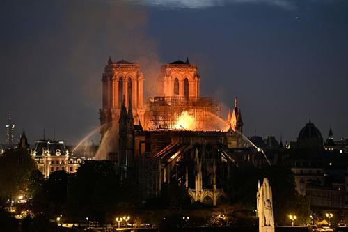 Ngọn lửa thiêu rụi mái nhà thờ. Ảnh:AFP.