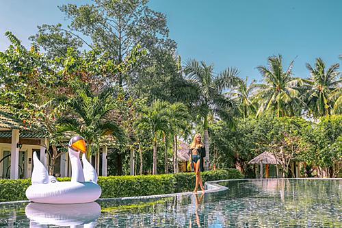 Ngoài bãi biển riêng đẹp với khuôn viên xanh mát, khu nghỉ dưỡng còn sở hữu 2 hồ bơi rộng hơn 300m2, có khu vực nước cạn an toàn cho trẻ vui vui đùa trong nước.