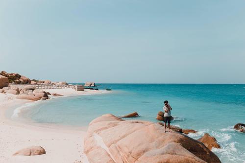 Khung cảnh ấn tượng nhất về nơi này là làn nước xanh như ngọc cùng nhiều bãi cát trắng, ít cây cao, và đặc biệt là vẻ đẹp kỳ thú của các khối đá đa hình thù ôm quanh đảo. (Ảnh: Tâm Linh)