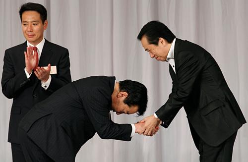 Cúi đầu là hành động thể hiện sự tôn trọng và lịch sự trong giao tiếp của người Hàn Quốc. Điều này cũng tồn tại trong văn hóa Nhật Bản. Ảnh:Opodo.