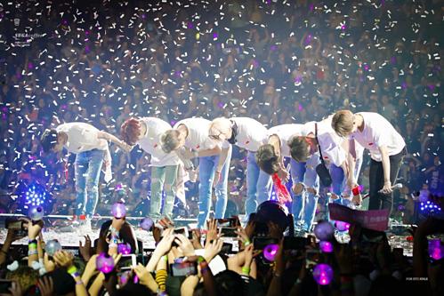 Thành viên ban nhạc BTS cúi đầu một góc 90 độ chào khán giả khi kết thúc một buổi biểu diễn. Ảnh: Pinterest.