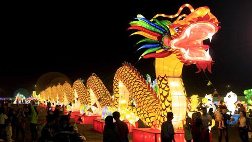 Du khách và người dân Sài Gòn có cơ hội chụp ảnh với những chiếc đèn kích thước lớn.