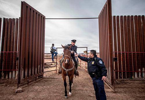 Narciso Martinez, một kỵ binh trong đoàn Mexico tới Columbus. Anh hóa trang thành tướng Pancho, tay cầm hộ chiếu để nhân viên tuần tra biên giới Mỹ kiểm tra. Ảnh: Albuquerque Journal.