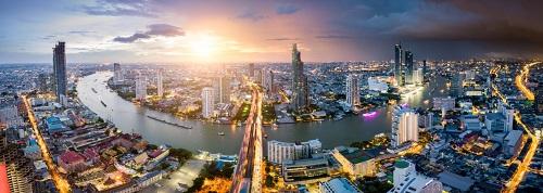 1. Du lịch dễ dàng. Đến Thái, bạn không cần phải xin visa, chi phí phòng ở và ăn uống khá dễ chịu, cũng không cần phải lưu loát tiếng Anh vẫn có thể trao đổi với dân bản xứ.Từ Việt Nam chỉ mất khoảng 1,5 giờ bay để đến Bangkok, giá vé trên dưới 1,5-2 triệu đồng khứ hồi nếu có khuyến mãi. Hiện có rất nhiều hãng bay thẳng từ Việt Nam đến Bangkok trong đó AirAsia là một trong những hãng có nhiều đường bay thẳng từ Hà Nội, TP HCM, Đà Nẵng.Ngày 2/5tới, AirAsia sẽ mở đường bay thẳng từ Cần Thơ đi Bangkok với tần suất bachuyến một tuần, giá vé từ 580.000 đồng đã bao gồm thuế phí nếu khởi hành từ 31/8.