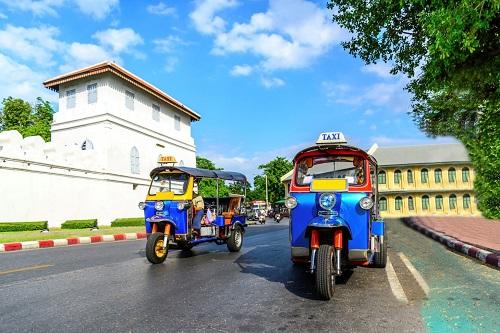 2. Tuktuk. Đâylà phương tiện di chuyển đặc trưng ở Bangkok, xe nhỏ có thể luồn lách nhanh chóng qua các tuyến phố đông đúc. Bí kíp để đi tuk tuk không bị mất tiền oan là hãy trả từ một nửa giá mà tài xế ra sẵn. Ngoài ra Bangkok có các phương tiện công cộng hiện đại rất thuận tiện như tàu điện trên không BTS, tàu điện ngầm metro giúp di chuyển dễ dàng với chi phí hợp lý.
