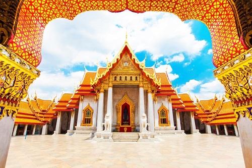 3. Xứ sở của chùa chiền. Bangkok có nhiều ngôi chùa độc đáo, thường được dát vàng hoặc thếp lên lớp sơn vàng rực, tiêu biểu như chùa Wat Pho (chùa Phật nằm), Wat Traimit (chùa Phật Vàng), Wat Benchamabophit (chùa Cẩm Thạch), Wat Arun (chùa Bình Minh), Wat Saket...