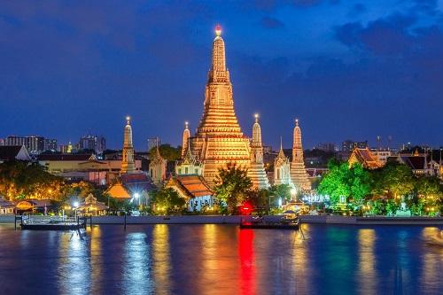 4. Thành phố ven sông.Rất nên mua vé cho một chuyến du lịch dọc sông Chao Phraya (khoảng 150 baht tương đương 120.000 đồng) để khám phá cảnh vật 2 bên bờ, nhất là những địa danh nổi tiếng như Hoàng Cung, chùa Phật Ngọc, chợ Tha Maharaj - một khu chợ nhỏ khá dễ thương bán đồ lưu niệm, nhiều tiệm bánh và cà phê xinh xắn...