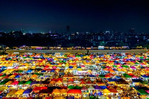 5. Chợ đêm ấn tượng. Chợ đêm là một đặc sảncủa Bangkok, với nhiều hàng ăn uống và bày bán đồ lưu niệm, đồ cổ hay quần áo giá phải chăng. Chợ đêm Rod Fai thường được du khách ghé đến vì sở hữu vẻ ngoài rực rỡ và bắt mắt.