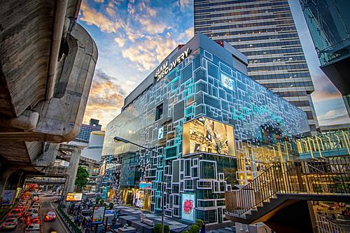 7. Các trung tâm thương mại đẳng cấp: Siam Center, MBK, Central World, Platinum, Pantip Plaza... là những trung tâm thương mại hoành tráng góp phần làm nên sự hào nhoáng của Bangkok. Đặc biệt phải kể đến biểu tượng của ngành bán lẻ Thái Lan - trung tâm Icon Siam mới mở với diện tích 80.000m2, tích hợp nhiều điểm mới lạ như chợ nổi trong nhà, bảo tàng di sản với nhiều tác phẩmnghệ thuật, hay nhà hàng ẩm thực đẳng cấp thế giới.