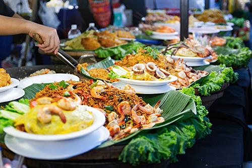 8. Nền ẩm thực phong phú. Rất nhiều món ngon mà giá lại rất bình dân luôn sẵn sàng để du khách thưởng thức tại các khu chợ đêm, các phố ẩm thực nổi tiếng như Khao San, Chinatown. Pad thai, xôi xoài, Tom yum, Son Tam (gỏi đu đủ)... là những món Thái truyền thống luôn đứng đầu danh sách các món ngon phải thử khi đến Bangkok.